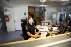 Camilla Lind som är ställföreträdande gruppchef vid tullen i Storlien håller koll på situationen genom att titta på toll.no samt politi.no där löpande information om terrorläget läggs ut. Hon uppmanar resenärer som har funderingar att göra det samma.