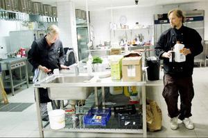 Kockarna Dan Löfgren och Mikael Lundberg på Murklans restaurang har fullt upp med att laga mat sedan flyktingarna anlände.