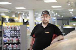 Micke Elmfors, platschef på Byggmax, är nöjd över att butiken frångått sin traditionella
