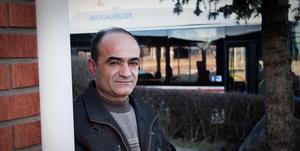 Khalid Akrawi menar att bussar och lastbilar skadar familjens hus. När de åker förbi får det hela villan att vibrera och sprickor har upptäckts i tegelfasaden.