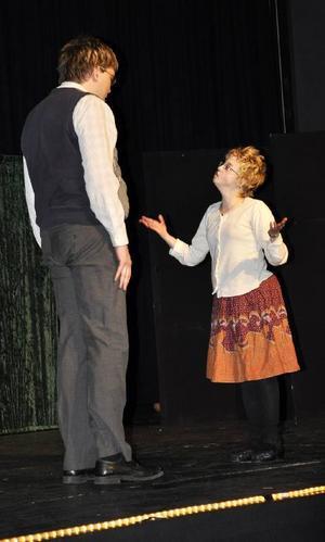 Stefan försöker övertyga Anna om att folk är olika, men Anna tycker inte att det är så stor skillnad: