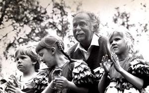 Bodo West blev kvar i Fruviksparken efter kriget och blev ledare för Furuviksbarnen under många år. Här ses han med några av artisterna efter premiären sommaren 1983.