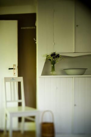 I lillstugan bodde paret under den första renoveringstiden. Där finns detta platsbygga skåp.