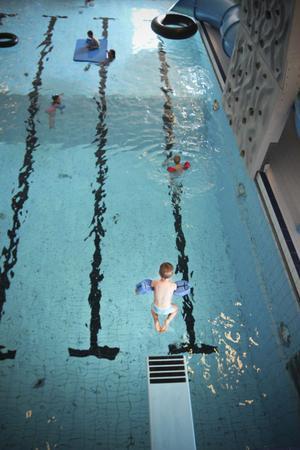 Wilgot Olsson, tre år, kan, enligt lärarinnan Anna-May Nilsson, tillbringa flera timmar vid trampolinen.