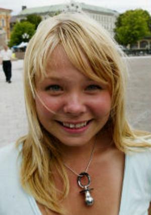 Josefine Larsson, 13 år, Södermalm—Det är inte alls kul. Idrott är kul, och att träffa kompisarna, men inte resten.