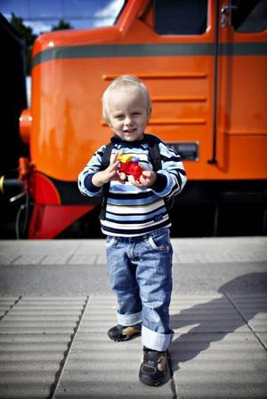 Ossian Hedlund tog med leksakståget på färden.