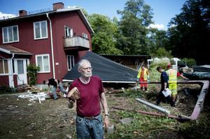 Claes-Göran Blomkvist vaknade av en rejäl smäll och flygande genom sovrumsfönstret kom den träbit han håller i handen.