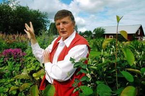 """Makarna Lindbäck lägger ner mycket tid på sin trädgård i Skucku. Gräsklippningen sköter Lennart. """"Det tar fem timmar att klippa alla ytor"""", berättar han."""