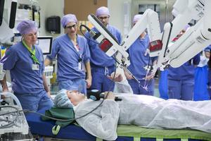DTs reporter Kristian Åkergren testar på att ligga på operationsbordet.