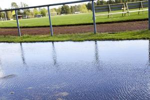 Regnet har ställt till det för planerna på IP i Sveg. Det blir för hårt slitage på gräset när dobbskorna sliter upp jord och växtlighet i blötan och därför stängs planerna några dagar.