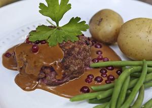 Bildtext 3: Biff à la Lindström med kokt potatis har visserligen sina smakmässiga rötter i det ryska köket, men räknas ändå till den genuina svenska husmanskosten.   Foto: Dan Strandqvist/TT