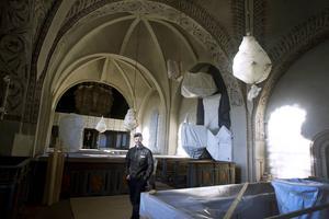 Sedan förra hösten väntar kyrkrummet troget och väl inplastat på att få besök igen.