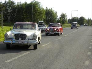 Studebaker, Jaguar och Morris. Några av de runt 90 fordon som svängde in till fikaträffen i Nyby.