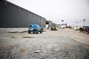 Byggarbetsplats. Den övergripande ombyggnationen av det före detta Ikeahuset på Hälla pågår för fullt men ska vara helt klar under hösten. Därefter anpassas lokalerna efter de hyresgäster som flyttar in.