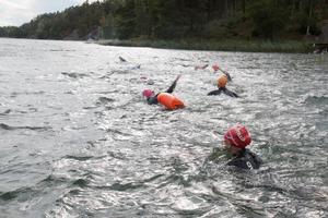 Triathlontävlingen anordnas av Nynäshamn långdistansklubb.