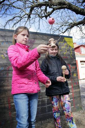 Ebba Fjellgren och Nova Kautzky tränar på att göra tricks varje skolrast.