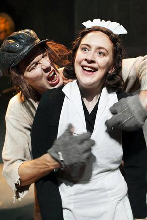 Helena Svartling som hushållerskan Jane och Åke Arvidsson som vaktmästaren Nikodemus, två av åtta roller som de två skådespelarna spelar i