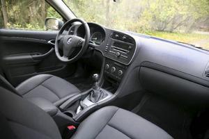 På insidan ser Saab 9-3 ut som den alltid har gjort. På gott och på ont. Förarplatsen var exemplarisk redan från början och har förstås inte blivit sämre med åren, men den börjar kännas bedagad rent designmässigt.