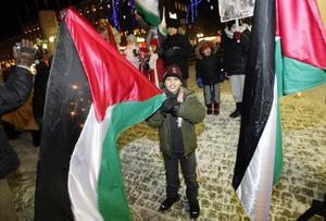 Barn och vuxna deltog med flaggor, ljus och plakat i måndagens fredsmanifestion för Gaza.