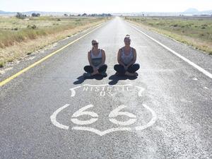 Vänner. Clara tillsammans med kompisen Hennie på Route 66. I slutet av au pair-tiden åkte de två vännerna runt tillsammans i USA. Under tiden i USA bodde de aldrig mer än två timmar från varandra.  Foto: Privat