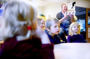 Pedagogen Ulf Niskanen gick igenom alla orden med barnen som ljudade fram en bokstav i taget tills de hörde vilket ord det är. Ella Hedbom, Tilde Bergsten Ek, Milos Tägt och Tindra Albinsson fixade läsleken galant.