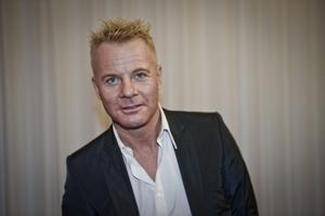 Svenske 80-talsstjärnan är förälskad. Så pass att han har tatuerat sin kärestas namn i ett hjärta på armen, skriver Expressen.