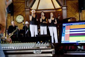 Det var öppet hus i Träkyrkan i Bollnäs, när Belles & Gubbs spelade in musik till en ny skiva.
