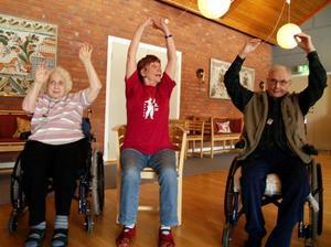 Gunvor Hammar Rosén uppmanar att sträcka armarna så högt de kan.