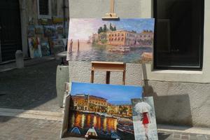 Några vackra målningar som stod uppställda men någon konstnär såg vi inte röken av