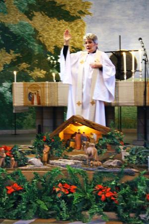 Julkrubba. Präst Elisabeth Dahl ledde familjegudstjänsten, med julkrubban på plats längst fram i kyrkan.