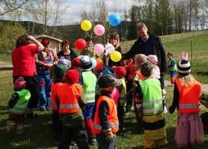 Ragunda kommuns barn- och utbildningschef, Tomas Blom, kom med ett äppelträd klätt med ballonger och som sticker upp bland barnen.  Foto: Therese Bengard