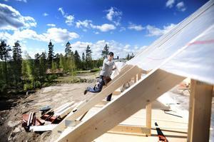 De lokala snickarna Pelle Adolfsson, Pär Adolfsson och Daniel Gunnarsson sätter upp familjens Belden-Nordlunds hus på Tistronvägen.