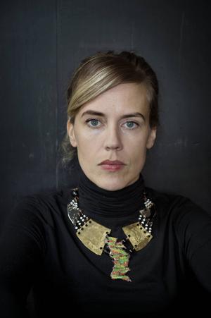 Annika Norlin delar ut nycklar till sitt låtskrivande i nya boken