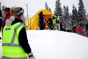 Julia Törnberg och Rebecka Koijan jobbar i starten med ledaren Rickard Åkerström. Elina Myrestaf håller koll på banan. Foto: Carin Selldén