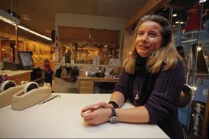 Lisa Hamrén på Svedbergs guldaffär i Östersund är idékläckare till smycket. –Jag ville göra något roligt av allt elände, säger Lisa.