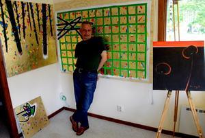 Ställer ut i sommar. Dia Alhamwi är konstnär från Aleppo i Syrien. I dag bor han i Nora och i sommar är han aktuell både som utställare i konsthallen och som workshopledare på Bryggeriet.