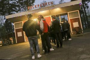 Fortfarande sent på kvällen, vid halvtolvtiden, var det många som ville in på folkparksområdet.
