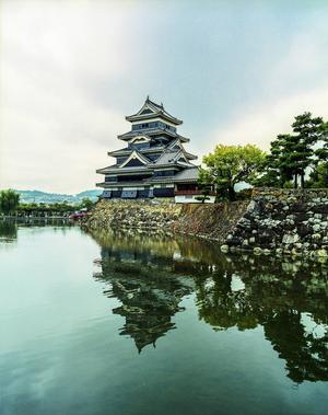 Japans enda svarta träborg från 1500-talet, Masumoto-jo.   Jörgen Ulvsgärd