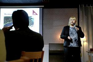 Säkerhet. Förutom att presentera företaget och dess produkter lade Munsjö Aspa Bruks vd Ulrika Kraft Stenlund tonvikten på säkerhets- och miljötänkande när hon presenter4ade företaget vid säsongens sista företagsfrukost. Foto: Göran Kempe