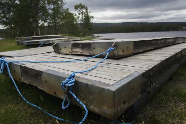 De trasiga bryggorna på badplatsen i Funäsdalen. De kommer inte ersättas med några nya den här sommaren.