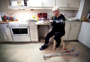 """""""Skälig levnadsnivå"""". Christina Fahlman fick vänta länge på att få hjälp av kommunen. """"Jag är förvisad till min Ikea-pall i köket"""", berättar hon."""