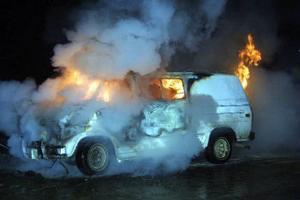 Räddningstjänsten i Ånge larmades till bilbranden efter riksväg 83.