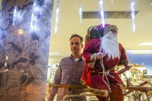 Många butiker pyntade sina skyltfönster inför första advent och skyltsöndagen, här är det Mats Hermansson som tittar ut.