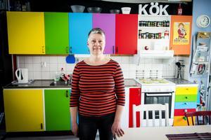 Ann-Britt Hammarström har ett regnbågsinspirerat kök. Hon började med att måla en lucka orange och i höstas blev renoveringen klar.