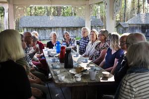 Guider och styrelse i Albert Viksten-sällskapet samlades vid skrivartorpet Ängratörn och planade sommarens guidningar och event.