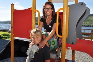 Pengarna ska användas till att återställa välfärden, främst personaltätheten i barnomsorgen, det är självklart för Anna-Caren Sätherberg (S), som gärna byter oppositionrådsplatsen mot kommunalrådsplatsen. Här ses hon med sonen Simon, 9 år.