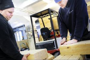 Andreas Andersson och Didrik Söderholm prövar olika konstruktionslösningar på husen.
