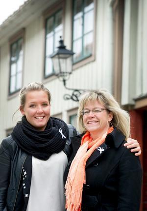 Linn Svansbo överlämnade insamlade pengar till Eva Sundby, projektledare för Ljusfond på fredagen.