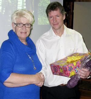 Marianne Sand representerade kommunen och ses här gratulera LOK och dess ordförande Lars Djerf.