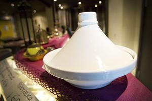 Tagine är en marockansk gryta med toppigt lock som gör att maten blir extra mustig.